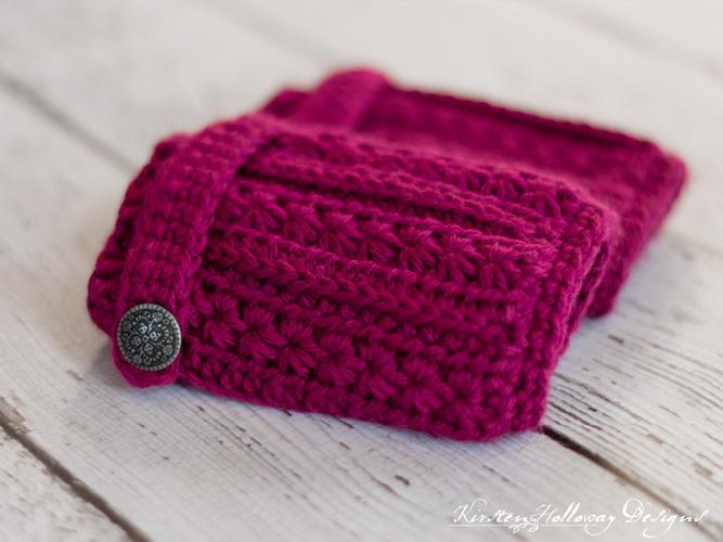 Close-up of the heartstrings fingerless gloves crochet pattern.