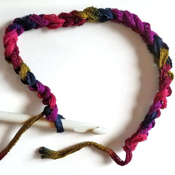 Step-by-step picture tutorial for crocheting a cowl for beginners. Chain 30.