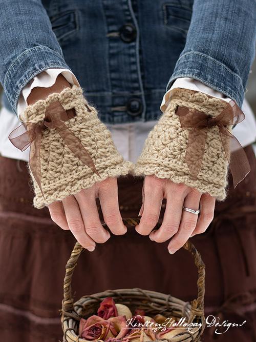Free crochet pattern for Victorian style wrist warmers.