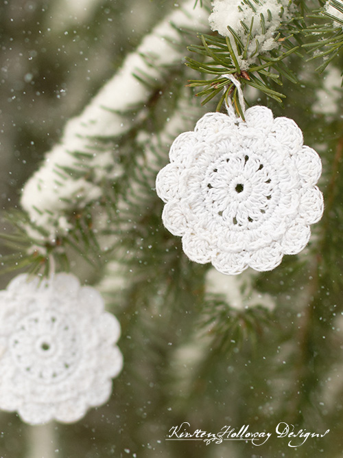 A cute, free crochet DIY snowflake pattern, for Christmas ornaments, and gift tags