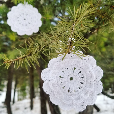 A cute, free crochet DIY snowflake pattern, for Christmas ornaments, and gift tags. Via Instagram